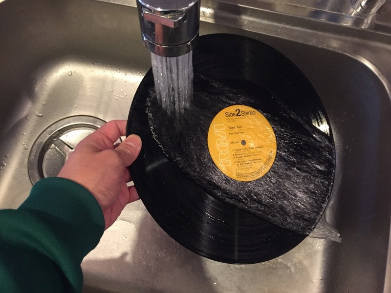 レコードを軽く流水で洗う