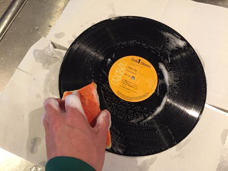 泡立てた洗剤でレコードを洗う