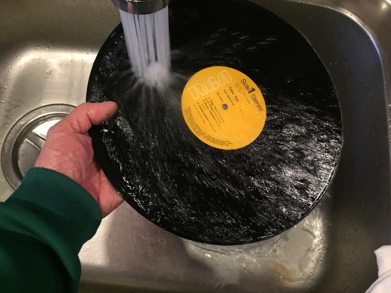 レコードについた洗剤をよくすすぐ