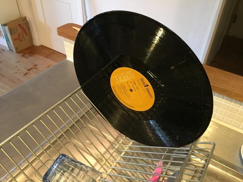 レコードを水切りかごで乾かす