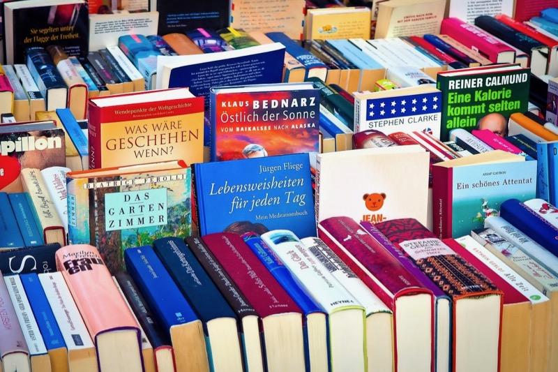 たくさんの本が並べられている