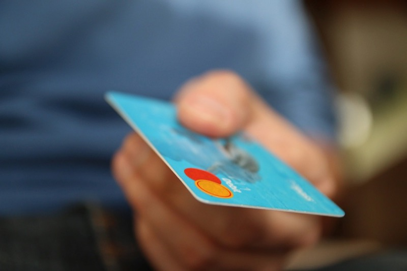クレジットカードを差し出す人